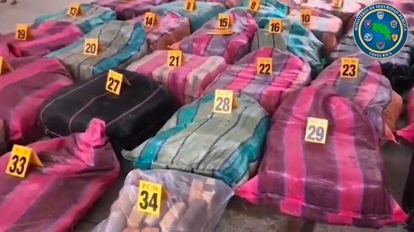 En estos sacos de rayas la Policía encontró casi una tonelada de marihuana en una lancha que iba hacia el río Sierpe, en Osa. Foto: MSP.
