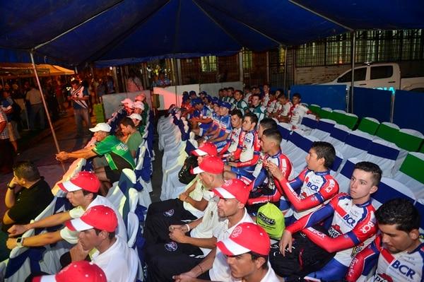 Los ciclistas que participarán en la Vuelta a Costa Rica presenciaron anoche la ceremonia de presentación de la tradicional competencia decembrina, que comienza hoy en Limón. | RAFAEL PACHECO