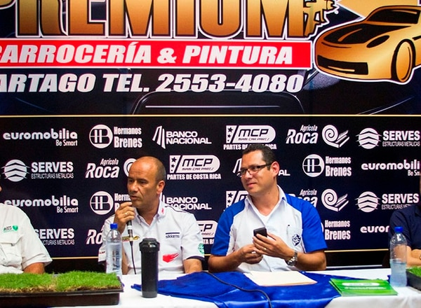 El empresario Adrián Jiménez (izquierda), quien aportará el dinero para las mejoras en el Fello Meza, presentó el proyecto junto con Luis Fernando Vargas, presidente de Cartaginés.