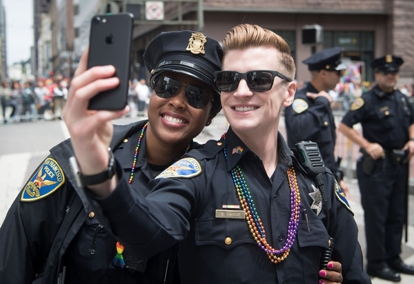 En San Francisco, Estados Unidos, oficiales de la policía se tomaban un selfie durante el Pride Parade.