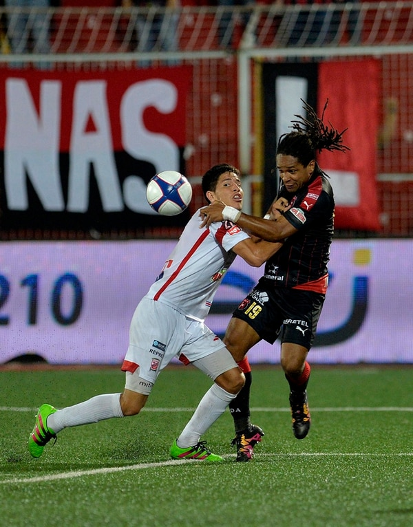El defensor belemita William Quirós (izq.) luchó por una pelota ante el manudo Jonathan McDonald en la fecha 15 del Verano.   MELISSA FERNÁNDEZ