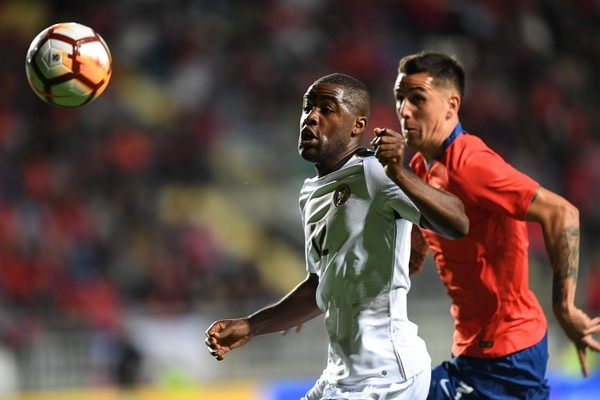 Chile's Benjamin Kuscevic (R) vies for the ball with Costa Rica's player Joel Campbell, during a friendly football match at El Teniente stadium, in Rancagua, Chile on November 16, 2018. (Photo by MARTIN BERNETTI / AFP)