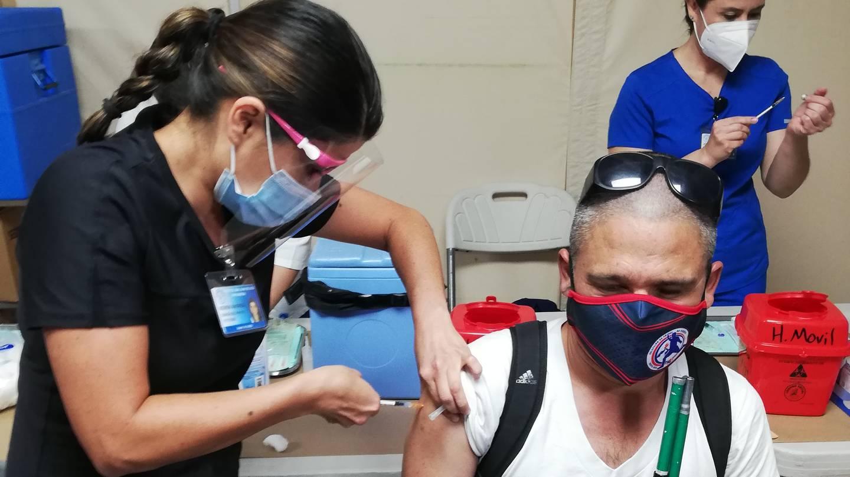 La enfermera del Hospital San Juan de Dios Keren González vacuna a Michael Mora Solís, seleccionado nacional de fútbol de no videntes