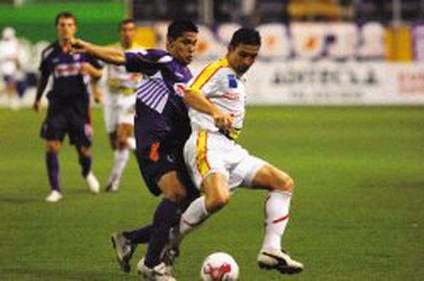 Jairo Arrieta enfrenta al jugador florense Robert Arias. El delantero ganó cinco títulos en su primera etapa con el Saprissa.