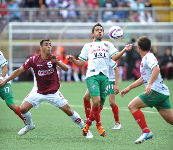 Berny Solórzano domina el balón en el área del Saprissa ante la marca de Michael Umaña, el pasado 2 de marzo, en el Ricardo Saprissa; en esa ocasión, los morados vencieron 1-0. | ARCHIVO.