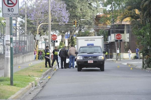 El hombre corrió más de 100 metros y quedó sin vida en la vía pública donde los agentes del OIJ levantaron el cuerpo la mañana de este sábado.