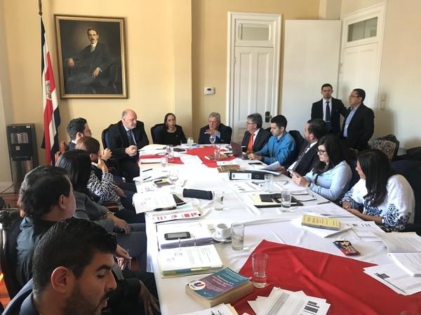 La Comisión Presidencial de Reforma del Estado se reunió el jueves con la comisión especial legislativa que tramita una reforma al Reglamento de la Asamblea Legislativa. Foto: Presidencia.