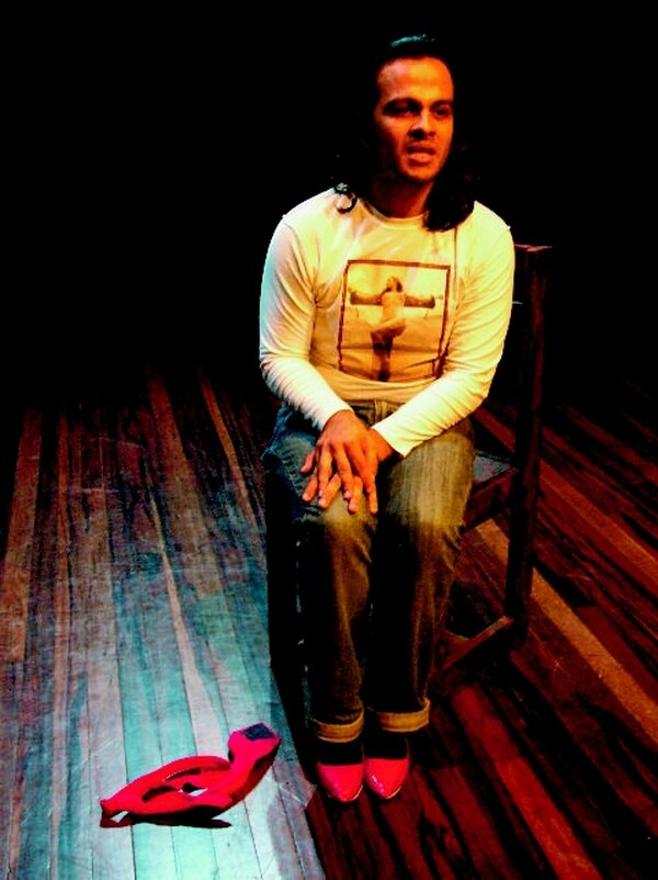 Carlos Paniagua mezcla la actuación con el canto y el baile en escena. Teatro Avellana para LNEstilos.