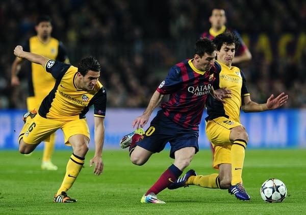 El atacante del Barcelona, Lionel Messi ante la marca del jugador del Atlético de Madrid, Tiago Mendes.