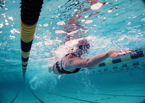 La medallista olímpica Claudia Poll tiene en su poder 11 récords nacionales vigentes en diferentes categorías, todos logrados en la década de 1990. Su hermana Silvia ostenta 14 marcas y Marcela Cuesta, 12.   ARCHIVO