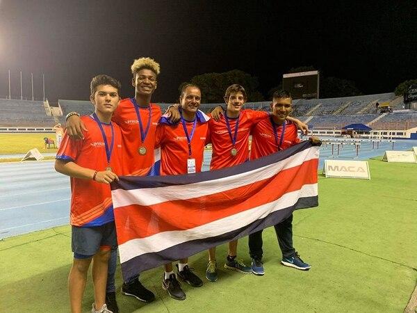 Costa Rica conquistó el relevo 4x100 en el Campeonato Centroamericano. El equipo estuvo integrado por Luis Gómez, Rasheed Sandoval, Ian Hawkes y José Downing. En el centro, el entrenador Wagner Espinoza. Fotografía_ Fabiola Madrigal