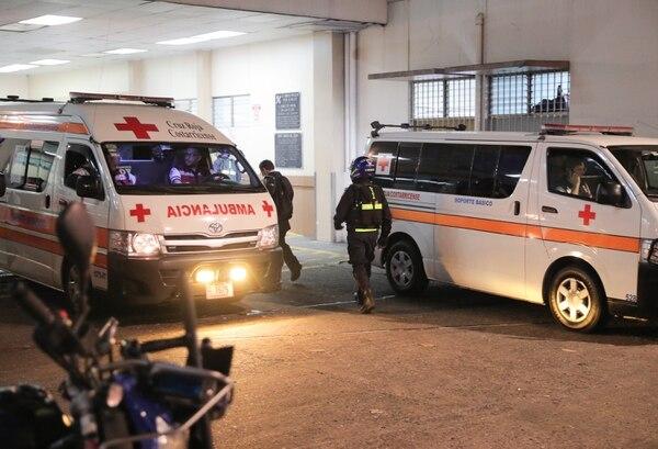 Oficiales de la Fuerza Pública se mantienen en el centro médico San Juan de Dios, brindando custodia a la joven afectada. Foto: Grupo Nación