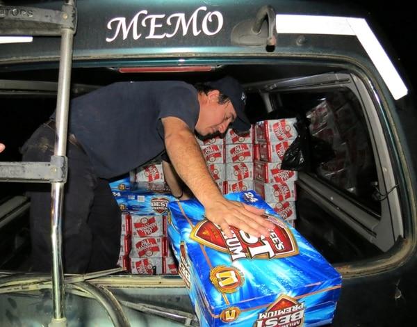 La buseta con las 297 cajas de cerveza de contrabando quedó en manos de la Policía Fiscal del Ministerio de Hacienda.   ALFONSO QUESADA CORRESPONSAL GN