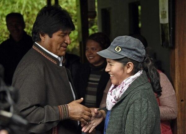 El presidente de Bolivia, Evo Morales, saluda a un empleado antes de almorzar con la prensa en un restaurante en Villa 14 de setiembre, municipio de Villa Tunari, en el departamento de Cochabamba, el 19 de octubre del 2019, el día antes de las elecciones. Foto: AFP