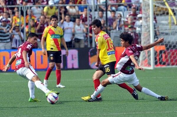 El último choque entre florenses y morados acabó 0-0. Yeltsin Tejeda, Ariel Rodríguez (14), Cristian Montero y Carlos Hernández (16) jugaron. | ARCHIVO