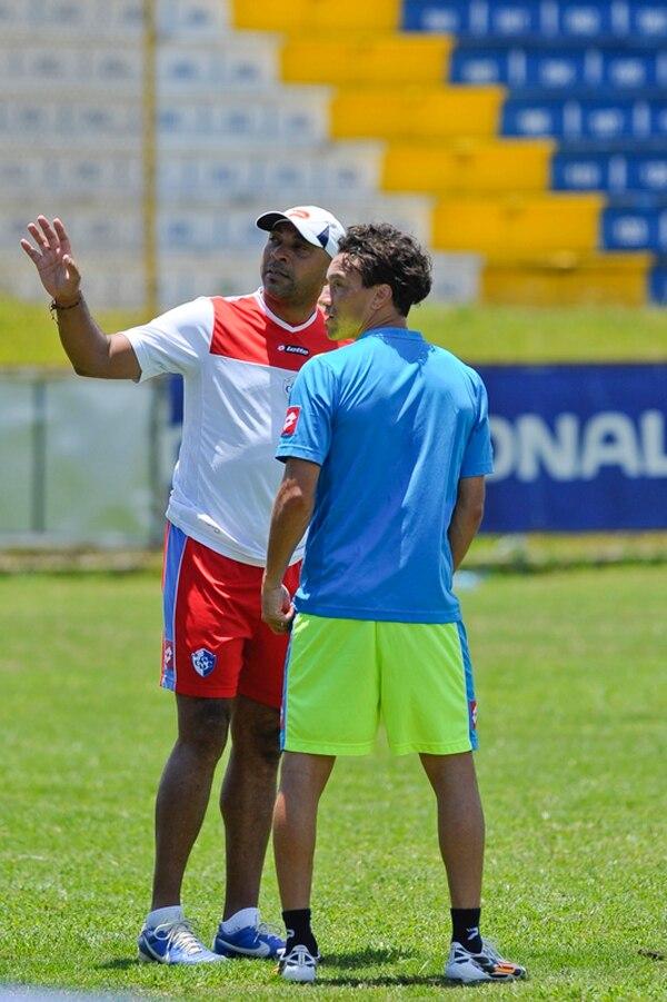 El técnico del Cartaginés, Mauricio Wright, le da instrucciones a Christian Bolaños, quien ayer tuvo su primera práctica con el equipo.   LUIS NAVARRO
