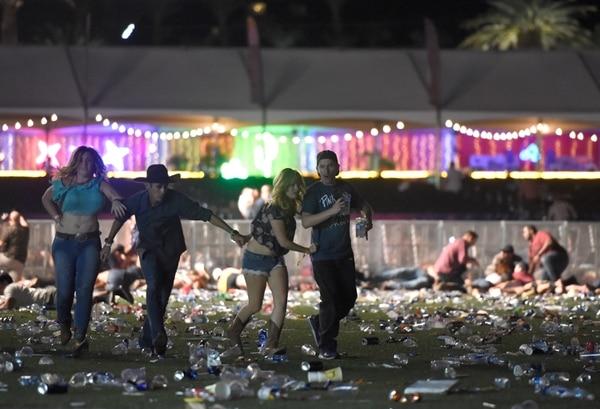 Tras la lluvia de disparos, la gente que asistía al concierto se mostró desesperada y corrió para salvar su vida..