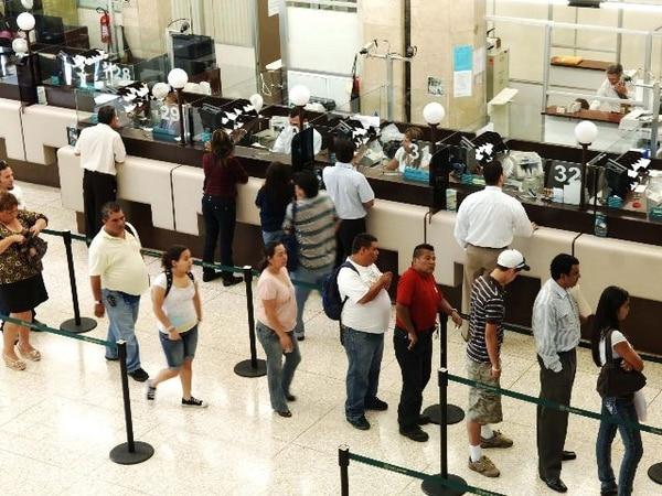 Banca aplica estrategia para reducir filas en cajas - La Nación