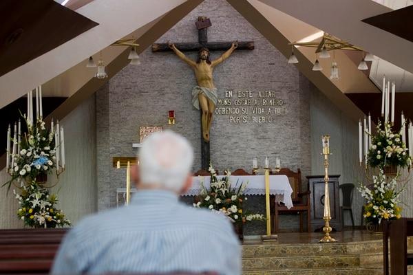 Un francotirador impactó el pecho de monseñor Óscar Arnulfo Romero, el 24 de marzo de 1980, en este altar que recuerda su memoria, en el Hospital Divina Providencia, en la ciudad de San Salvador. | FOTO: AP.