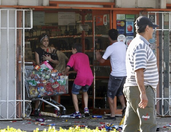 Algunas personas saquearon las tiendas en la central provincia argentina de Córdoba, cuando la policía exigiendo aumentos de sueldo se negaron a salir de sus cuarteles.