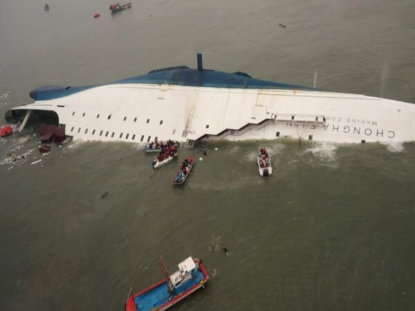 Botes de equipos de socorro y de pescadores trataban de rescatar a pasajeros del ferri que se hundió en aguas cercanas al puerto de Jindo.
