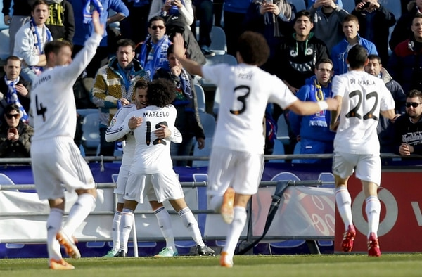 Marcelo felicita a Jesé tras marcar el primer gol del Real Madrid sobre el Getafe, el español anotó en los tres juegos que fue titular en la liga. | EFE