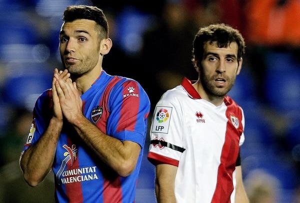 El delantero del Levante David Barral (izquierda) y el centrocampista del Rayo Vallecano Roberto, Trashorras, durante el partido de este sábado.