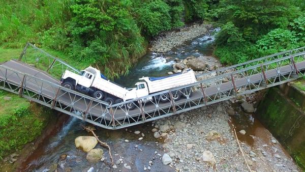 El puente colocado hace 7 años se quebró a la mitad debido al peso de las vagonetas. Por la tarde, cuando removían los vehículos, la carga de mezcla asfáltica terminó de caer al cauce. | WARREN CAMPOS Y CARLOS HERNÁDEZ.