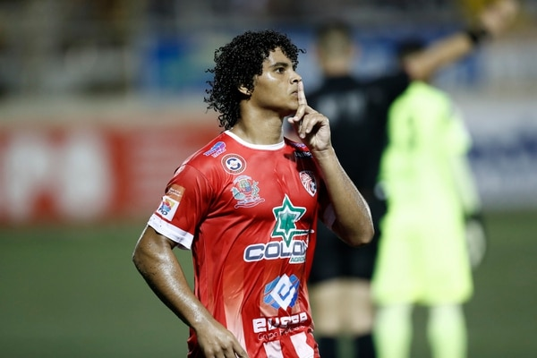 El delantero Kenneth Dixon, del Santos de Guápiles, le anotó a Alajuelense en el Ebal Rodríguez. Fotografía: José Cordero