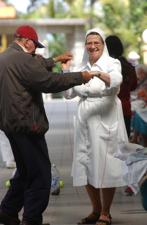 En el año 2004, la religiosa Lourdes Madrigal Chinchilla bailó con un adulto mayor en el Asilo Carlos María Ulloa, en Guadalupe.   ARCHIVO RAFAEL PACHECO