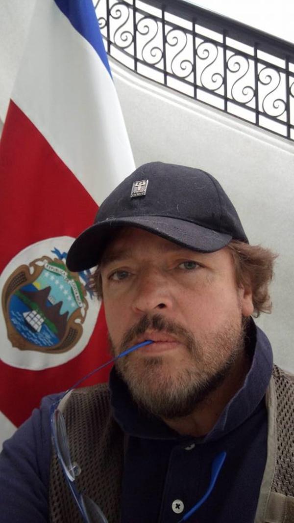 El actor tico Rafa Rojas, radicado en México desde hace unas tres décadas, confesó que no pudo votar en la primera ronda; en cambio, estuvo entre los primeros en la fila del domingo, en la embajada tica en el D.F., porque estaba convencido de la urgencia de ejercer su derecho, dada la coyuntura. Tras su papel en 'Despertar', película costarricense, Rafa bajó radicalmente de peso y, por lo que vemos en su foto de hace una semana tras votar, ha seguido con las pilas puestas y se ha mantenido más delgado y saludable. ¡Bien por él!