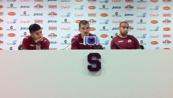 Gabriel Badila (centro), hablò este mediodía junto a Juan Bustos Golobio y Alexander Robinson (derecha).