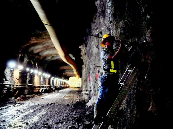 Imagen del 2011 de Wilfrido Fallas y Errol Villanueva (en la escalera), cuando instalaron un medidor de la convergencia de las paredes y techo de un túnel cuando empezaron las obras de la planta. Foto Abelardo Fonseca
