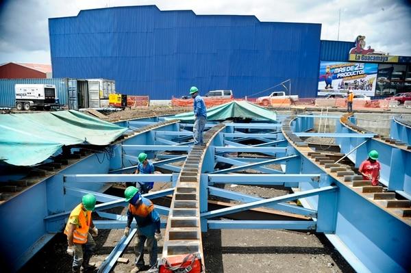 Constructora MECO estuvo a cargo de la construcción del paso a desnivel en Paso Ancho. A pocos meses de terminado el proyecto, una de las juntas de expansión de la estructura falló, lo cual obligó a cerrar el paso de vehículos para repararla. Fotografía: Jorge Navarro