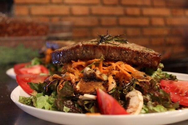 La ensalada Woods es una de las preferidas por los clientes. Contiene un filet de atún.
