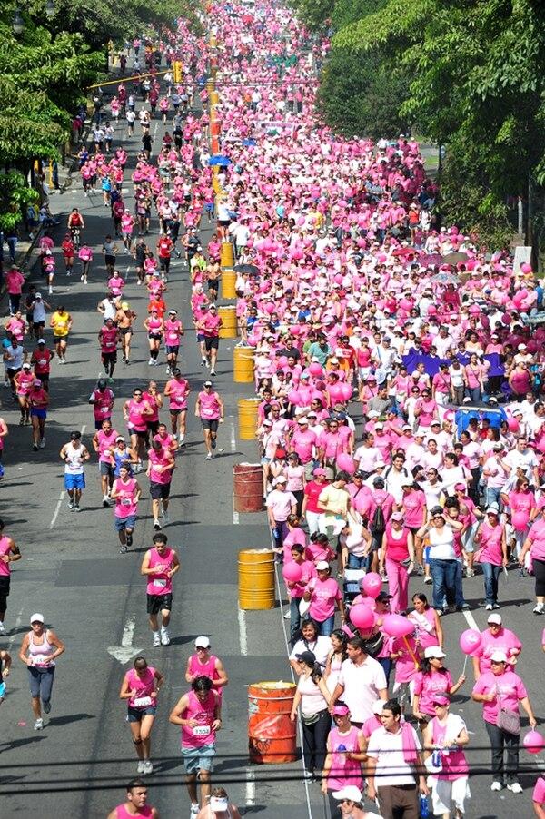 Miles de personas participan en las carreras de lucha contra el cáncer que se realizan en esta época del año. La gráfica corresponde a la carrera del 2013, que inundó el paseo Colón. | ARCHIVO