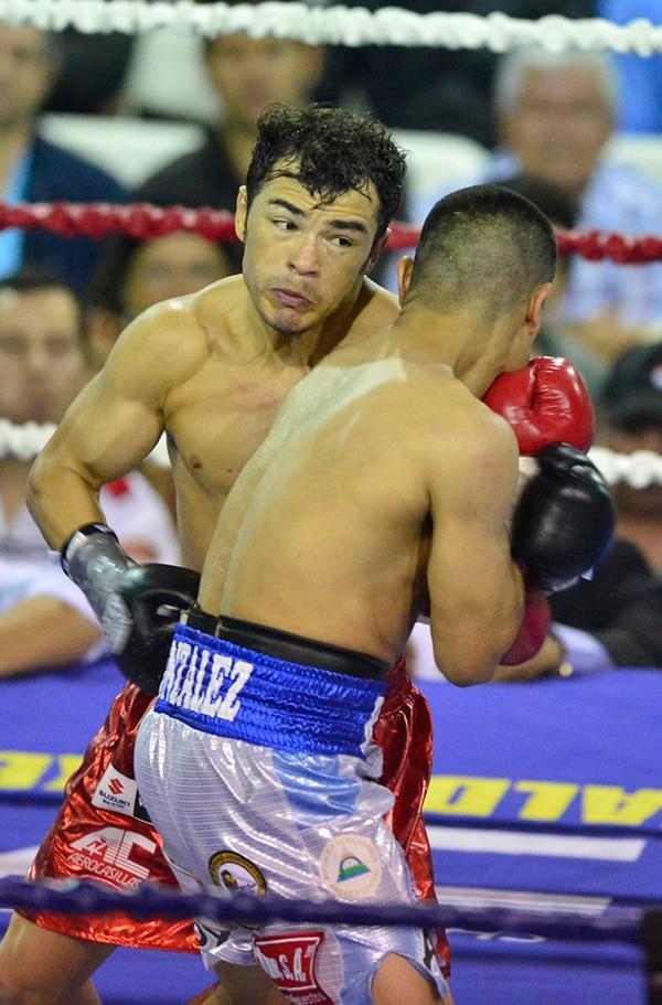 Bryan Vásquez (frente) tira un golpe de izquierda a René González en el tercer round , cuando el combate se mostraba muy parejo.   RAFAEL PACHECO