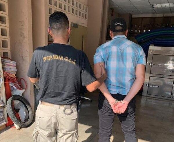 Uno de los sospechosos de participar en el homicidio de Barboza cuando llegada a la sede del OIJ de Puntarenas. Foto: OIJ