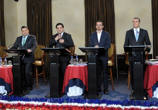 Johnny Araya, José María Villalta y Otto Guevara participaron el miércoles en un debate organizado por Grupo Extra, en el Club Unión. También participó Sergio Mena, de Nueva Generación (segundo a la izq.). | PABLO MONTIEL
