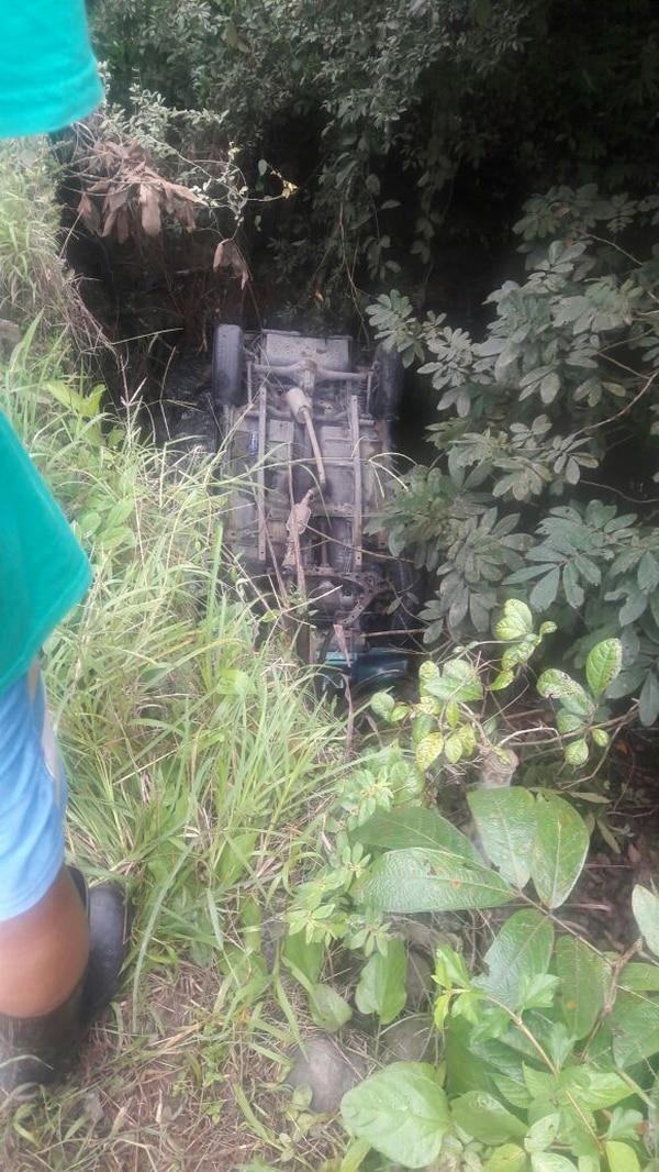 En Matina los socorristas rescataron este domingo a tres ocupantes de este camión que quedó llantas arriba en un río. El el sitio murió un hombre de 51 años.