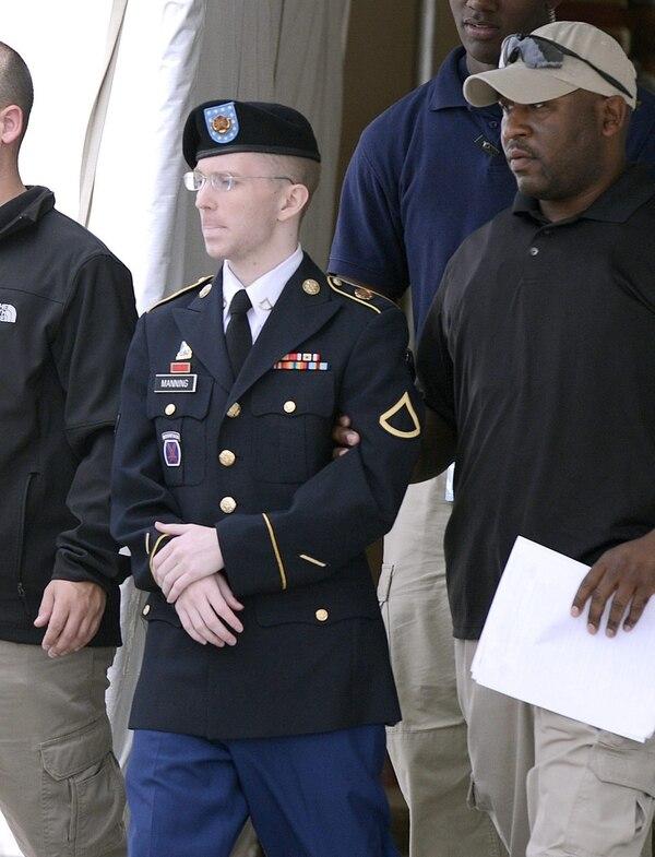 El soldado del Ejército de Estados Unidos. Bradley Manning. a su salida de los juzgados de Fort George G. Meade, Maryland, EE UU, este miércoles tras conocer su sentencia por haber entregado más de 700.000 documentos confidenciales o secretos a WikiLeaks.