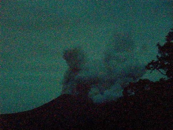 La erupción fue registrada a las 6:45 p. m. de este sábado y, de momento, no se reporta caída de ceniza ni olor a azufre en la zona. Foto: Ovsicori