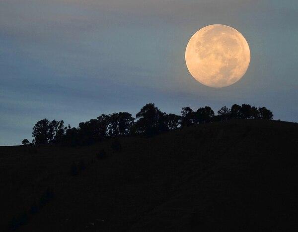 Fotografía de archivo que muestra la Luna en todo su esplendor desde San Gerardo de Rivas, en Pérez Zeledón.