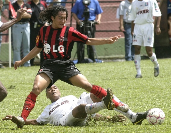 Yossimar Arias jugaba con Alajuelense en 2004.
