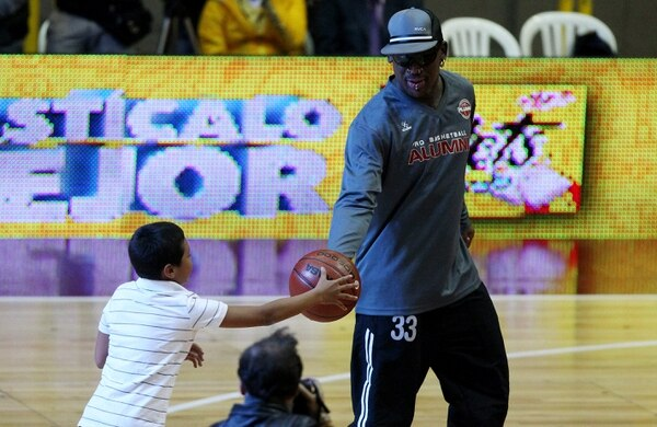 El exjugador de la NBA, Dennis Rodman, compartió su magia con los niños colombianos que asistieron a verlo jugar en Bogotá.