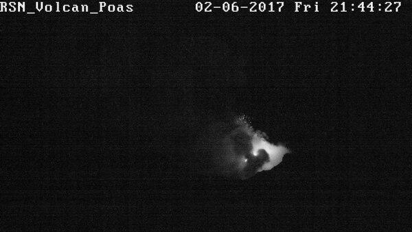 Además del resplandor incandescente registrado la noche del viernes, se observó la salida de balísticos que cayeron cerca del cráter.