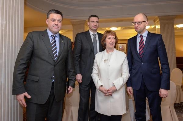 La alta representante de la UE para Asuntos Exteriores y Política de Seguridad, Catherine Ashton(centro) tiene planeado reunirse con el presidente de Ucrania en busca de una solución pacífica a la crisis que vive ese país.