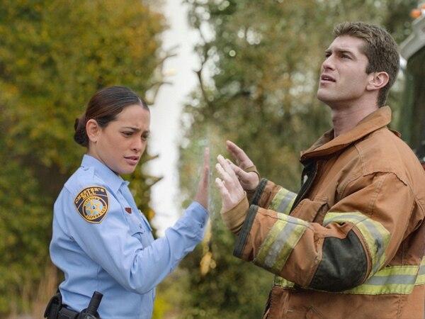 Linda Esquivel (Natalie Martínez) personifica uno de los dramas más intensos, pues ella se encuentra atrapada bajo el domo mientras que su prometido, Rusty Denton, está del lado opuesto.   TNT/PARA TELEGUÍA