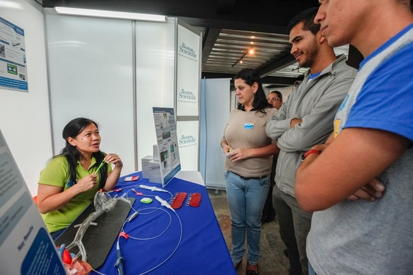 Lilia Chang, de la empresa Boston Scientific, explicó a Andrea Rivera y Cristhian Núñez, sobre un proceso llamado ablación cardiaca. | JORGE ARCE