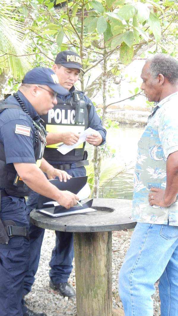 En agosto pasado oficiales de la Fuerza Pública notificaron a Crosby Johnson que debía desalojar la casa que esta en el terreno del Icoder. Foto Rodolfo Martín Ovares